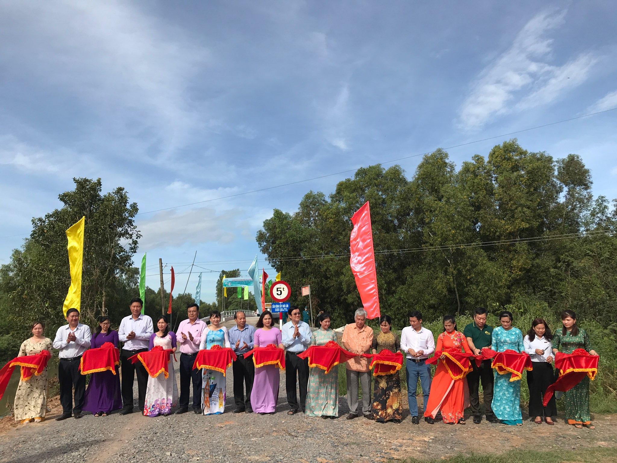 Các đại biểu thực hiện nghi thức cắt băng khánh thành 9 công trình cầu tại huyện Mộc Hoá.