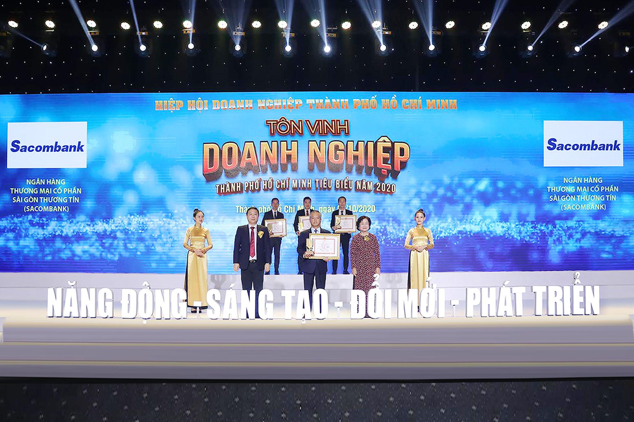 Đại diện Sacombank,  ông Phan Đình Tuệ - Phó TGĐ nhận danh hiệu Doanh nghiệp tiêu biểu TP.HCM năm 2020