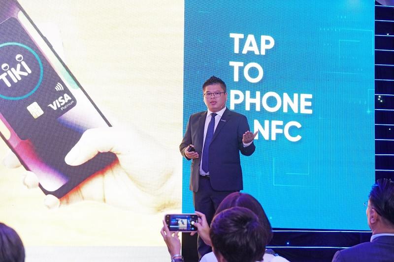 Ông Phạm Đức Duy – Giám đốc Trung tâm thẻ Sacombank giới thiệu về công nghệ Tap to phone và NFC.