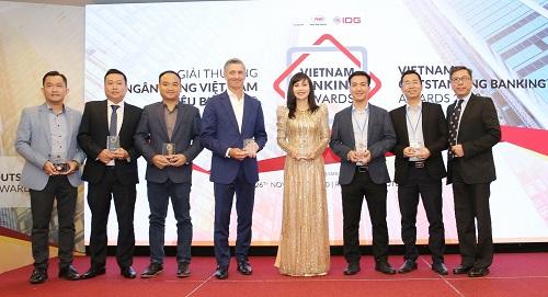 Bà Trần Tuấn  Anh – Thành viên HĐQT, Tổng giám đốc Kienlongbank nhận kỷ niệm chương từ Ban tổ chức chương trình.