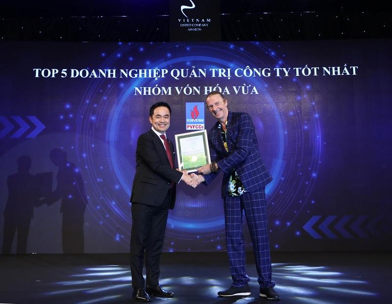 Ông Louis T. Nguyễn  –  Thành viên HĐQT độc lập đại diện PVFCCo tnhận kỷ niệm chương do Ban tổ chức