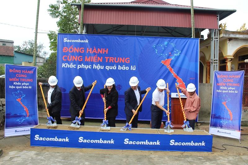 Ông Phan Đình Tuệ - Phó Tổng giám đốc Sacombank tham dự lễ động thổ xây dựng nhà người dân bị thiệt hại do bão tại xã Tượng Sơn, huyện Thạch Hà, tỉnh Hà Tĩnh.