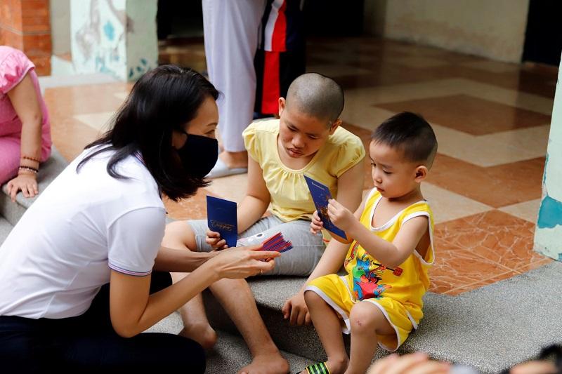 Bà Quách Thanh Ngọc Thủy – Phó Tổng Giám đốc Sacombank lì xì cho các em nhỏ tại Trung tâm nuôi dưỡng bảo trợ trẻ em Linh Xuân