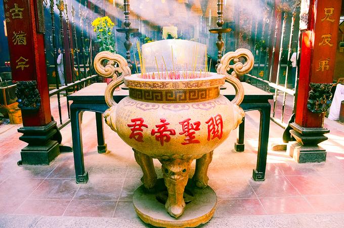 """Quan Công là vị thần được thờ chính trong chùa. Người dân kể lại, đây là vị thần tượng trưng cho """"nhân nghĩa lễ trí tín"""", cho sự dũng cảm, trung thành và lòng danh dự của người Hoa. Chùa còn thờ một số vị thần khác như: Phật Bà Quan Thế Âm, Thiên Hậu Thánh Mẫu, Ông Bản."""