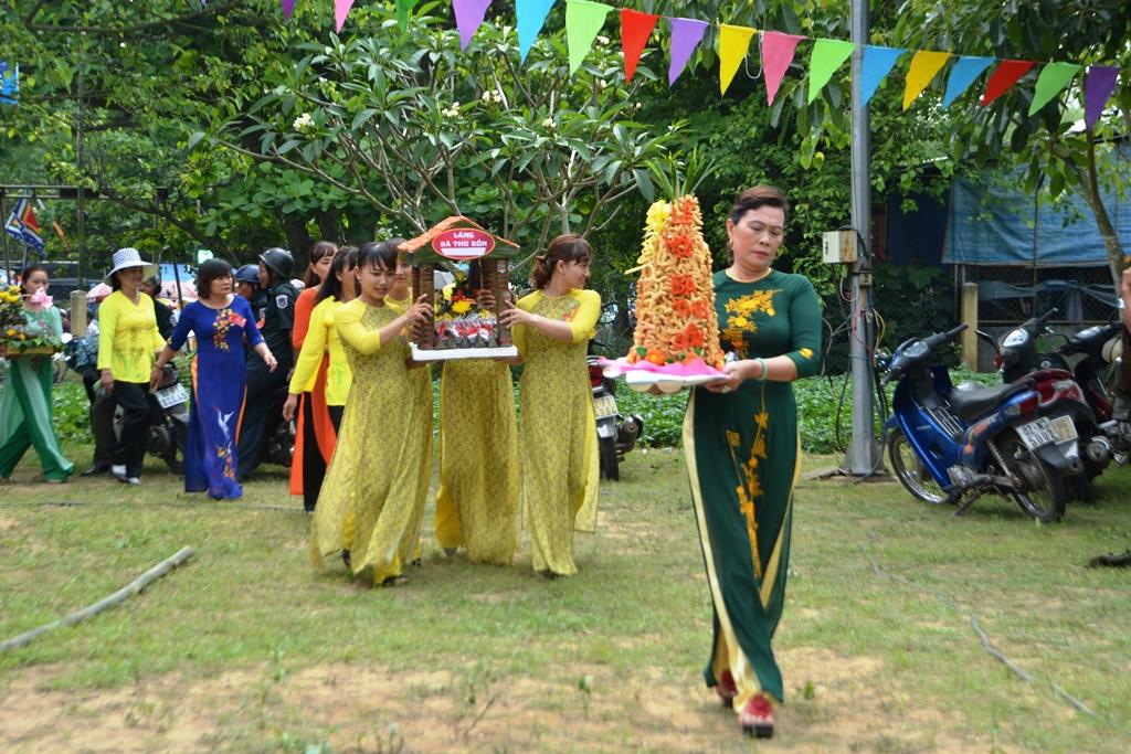 Thành kính dâng cúng Bà Thu Bồn. Ảnh: XUÂN THỌ