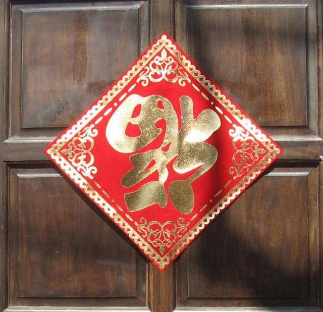 Người Trung Quốc dán chữ 'Phúc' ngược cầu may mắn