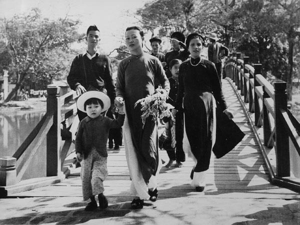 Phụ nữ Hà thành xưa đi lễ chùa ngày Xuân. Ảnh: Nguyễn Duy Kiên.
