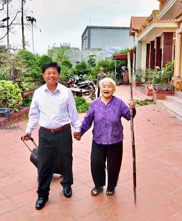 Tác giả (trái) trong 1 lần về thăm nhà tại Hải Hậu - Nam Định. Ảnh: NVCC