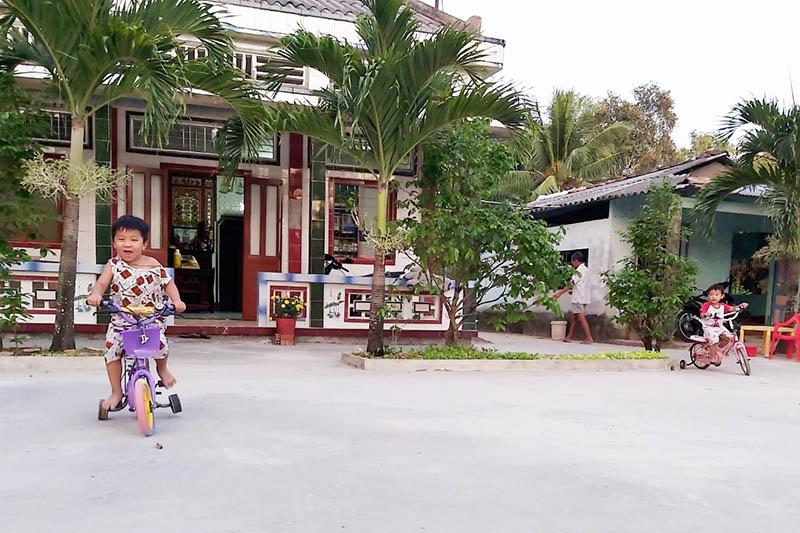 Khoảng sân trước nhà là nơi lưu giữ bao ký ức bình yên.  Ảnh: Hồng Nhung