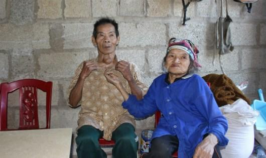 Hai vợ chồng già bị khuyết tật trong căn nhà nhỏ bé nơi phố núi