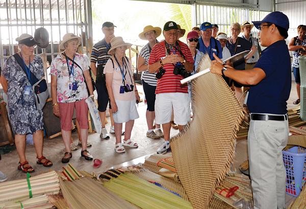 Hướng dẫn viên du lịch đang giới thiệu về chiếu Uzu cho du khách