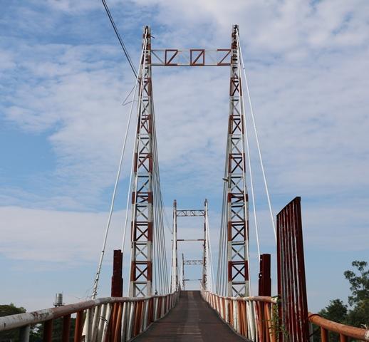 Cây cầu Nổi bắc qua sông nối liền ấp Cả Bản với ấp rạch Mây, trị giá gần 1,4 tỷ đồng.