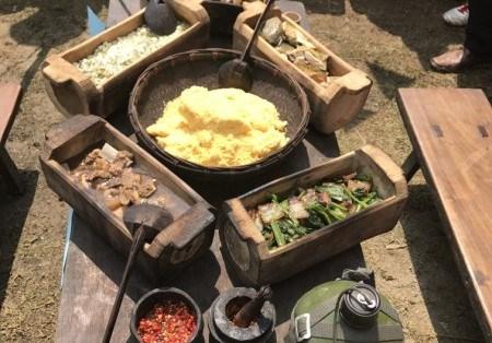 Món ăn hằng ngày của đồng bào Mông với đầy đủ các món: mèn mén, thịt treo gác bếp, thịt chua, rau cải, rượu ngô.