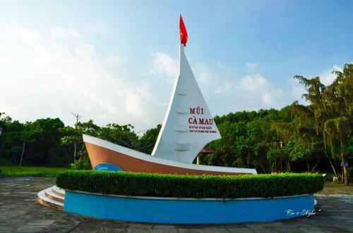Mũi Cà Mau tọa lạc tại xã Đất Mũi, huyện Ngọc Hiển, tỉnh Cà Mau.