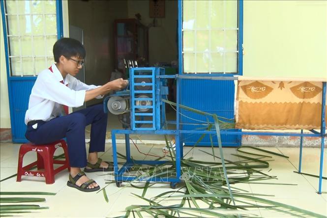 """Em Trần Ngô Toàn chế tạo thành công """"Máy chuốt cọng lá dừa"""" mang lại hiệu quả kinh tế cao."""