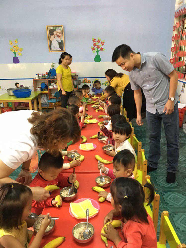 Các cháu nhỏ mầm non A Lưới thích thú khi được tặng chuối.