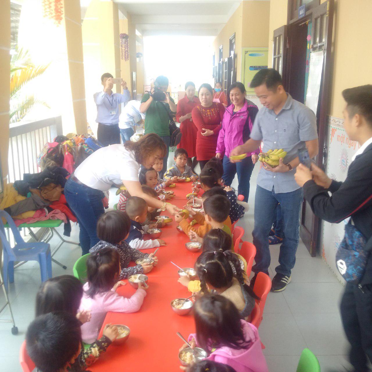 Tặng chuối cho các cháu thiếu nhi mầm non ở huyện A Lưới, tỉnh Thừa Thiên Huế