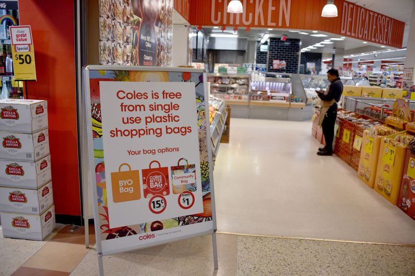 Một bảng thông báo trong siêu thị tư vấn cho khách hàng của mình về túi nhựa miễn phí tại Sydney vào ngày 2 tháng 7 năm 2018. (Ảnh: Peter Parks)