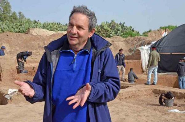 Tiên sĩ Ianir Milevski từ Cơ quan Quản lý cổ vật Israel tại hiện trường khai quật - Ảnh: CƠ QUAN QUẢN LÝ CỔ VẬT ISRAEL.