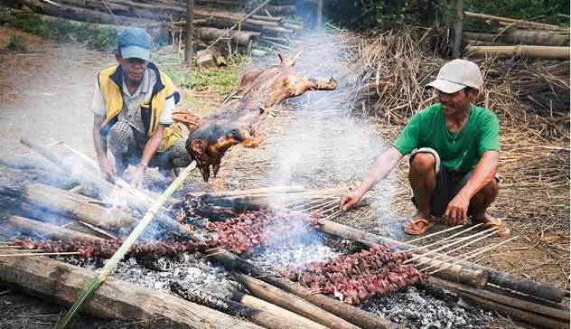 Những người đàn ông đang nướng thịt