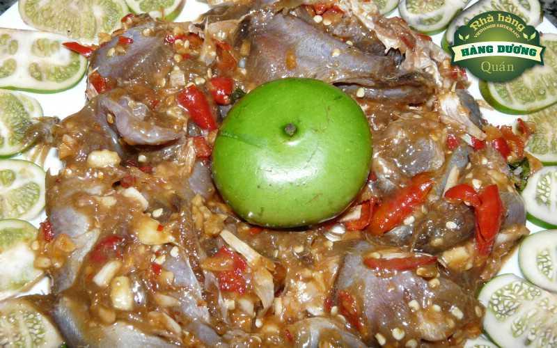 Mắm cá linh ăn kèm với trái bần. Nguồn: Internet