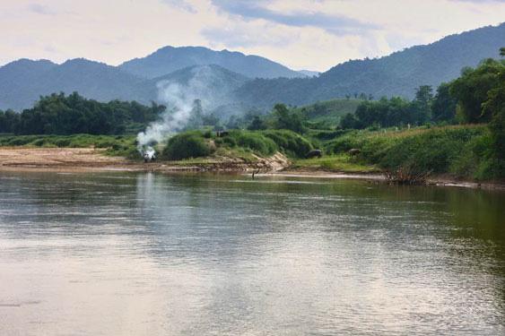 Khói lam chiều bên dòng sông Thu.