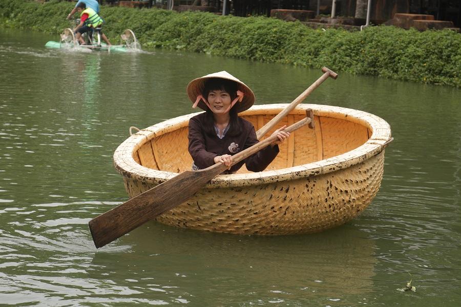 Trải nghiệp bằng cách chèo thuyền thúng giữa miền sông nước