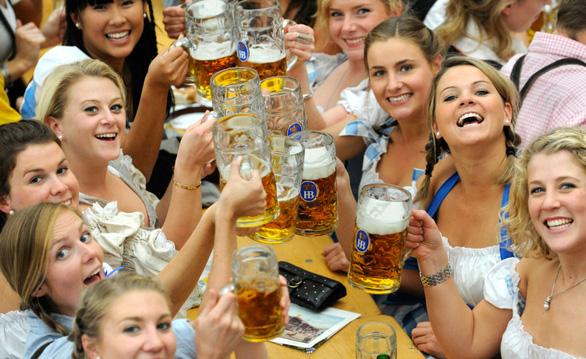 Lễ hội bia Oktoberfest thu hút tới hơn 6 triệu người từ khắp nơi trên thế giới đổ về, đem lại lợi nhuận hơn 1,3 tỉ USD mỗi năm cho Đức. Lễ hội này cũng từng bị hủy bỏ vào năm 1854, 1873, trong thế chiến và năm 1923 do siêu lạm phát - Ảnh: DPA