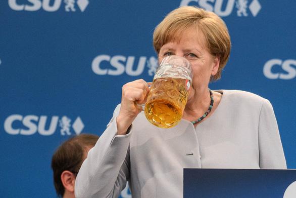 Bà Angela Merkel uống bia tại một sự kiện của đảng CSU năm 2017 - Ảnh: DPA