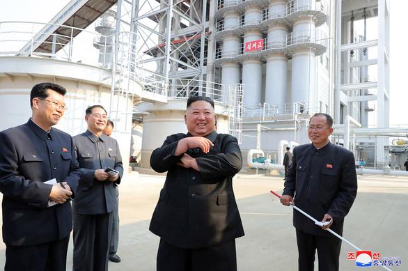 KCNA đưa tin ông Kim Jong Un xuất hiện trở lại, người dân hò reo như sấm dậy - Ảnh 1. Bức ảnh chụp ngày 1-5-2020, nhà lãnh đạo Triều Tiên Kim Jong Un tham quan nhà máy phân đạm phốt phát Suchon ở tỉnh Pyongan Nam của Triều Tiên - Ảnh: AFP PHOTO/KCNA VIA KNS