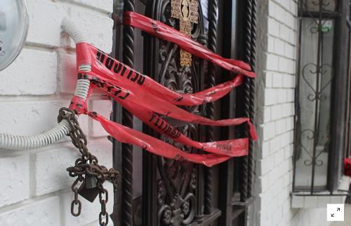 Băng dính của cảnh sát chặn trước lối vào nhà của ba y tá bị sát hại ở thành phố Torreon (Mexico), giữa lúc dịch COVID-19 đang diễn ra