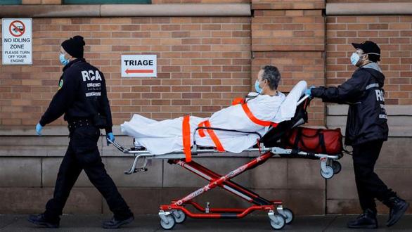 Nhân viên y tế đưa một bệnh nhân nhập viện trong thời điểm dịch bệnh tại New York, Mỹ - Ảnh: REUTERS