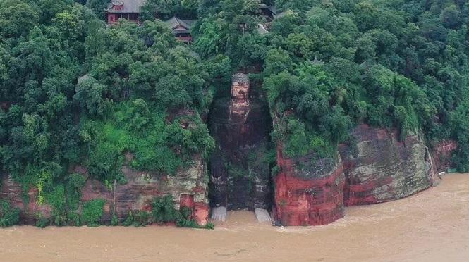 Lũ lụt tràn đến tận ngón chân của bức tượng Lạc Sơn Đại Phật cao chót vót nổi tiếng lần đầu tiên sau 70 năm. Ảnh: Reuters