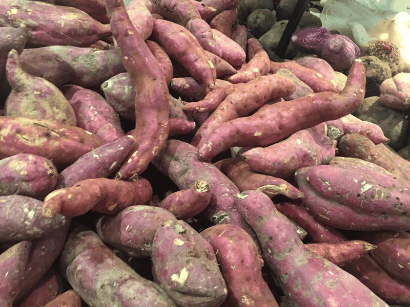 Ngoài hàm lượng chất xơ cao, khoai lang còn chứa vitamin C và beta-carotene giúp chống tăng huyết áp. Ảnh: NHẬT LINH