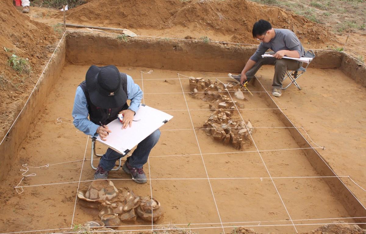 Cán bộ Bảo tàng Lịch sử Quốc gia và Bảo tàng Quốc gia Hàn Quốc xử lý hiện trường khai quật, năm 2012. (Ảnh: BTLSQG).