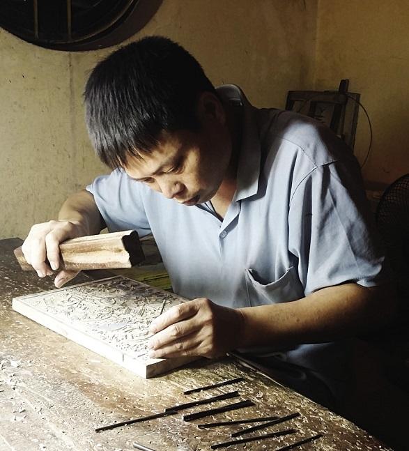 Anh Nguyễn Ngọc Chiến cho biết, bản khắc tranh được làm bằng gỗ thị, gỗ vàng tâm, gỗ thừng mực. Để đục được một bản khắc kích cỡ trung bình, anh mất từ năm ngày đến sáu ngày. Ảnh: Đỗ Quang Tuấn Hoàng.