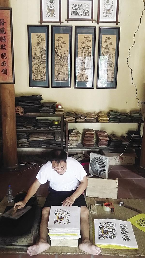 Xưởng sản xuất tranh của gia đình ông Nguyễn Đăng Chế.