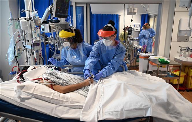 Nhân viên y tế điều trị cho bệnh nhân mắc COVID-19 tại một bệnh viện ở Cambridge, Anh ngày 5/5/2020. Ảnh: AFP/TTXVN