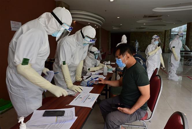 Nhân viên y tế tiếp nhận bệnh nhân nhiễm COVID-19 tới khám và điều trị tại Banten, Indonesia, ngày 5/10/2020. Ảnh: AFP/TTXVN