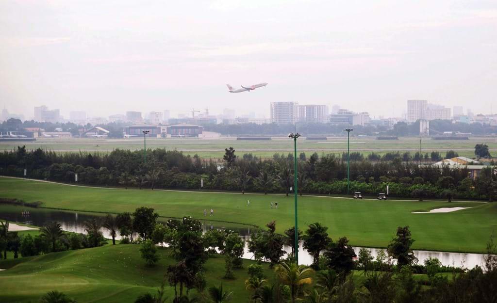 Sân golf sát đường băng cất hạ cánh sân bay Tân Sơn Nhất. (Ảnh: Zing.vn)