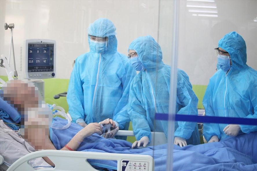 Các bác sĩ Bệnh viện Chợ Rẫy TPHCM điều trị cho Bệnh nhân 91. Ảnh: Bệnh viện cung cấp.