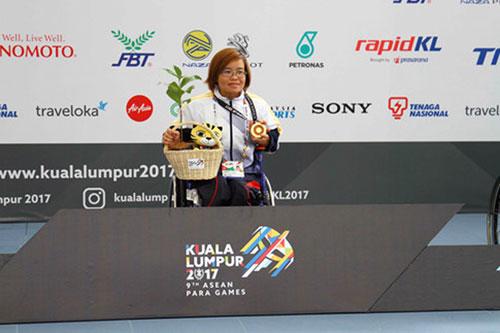 Kình ngư nữ Vi Thị Hằng giành HCV đầu tiên cho đoàn thể thao NKT VN tại ASEAN Paragames 9. Ảnh- N.Trung