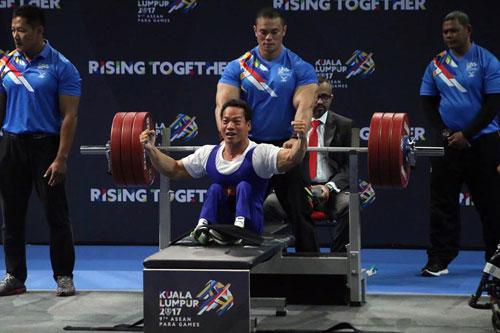 Đô cử khuyết tật Lê Văn Công thực hiện thành công mức tạ 181kg hạn cân 49kg. Ảnh- N.Trung.