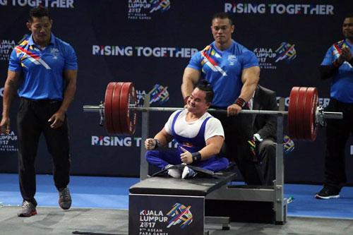 Đô cử khuyết tật Nguyễn Bình An thực hiện thành công mức tạ 181kg hạng cân 54kg. Ảnh- N.Trung