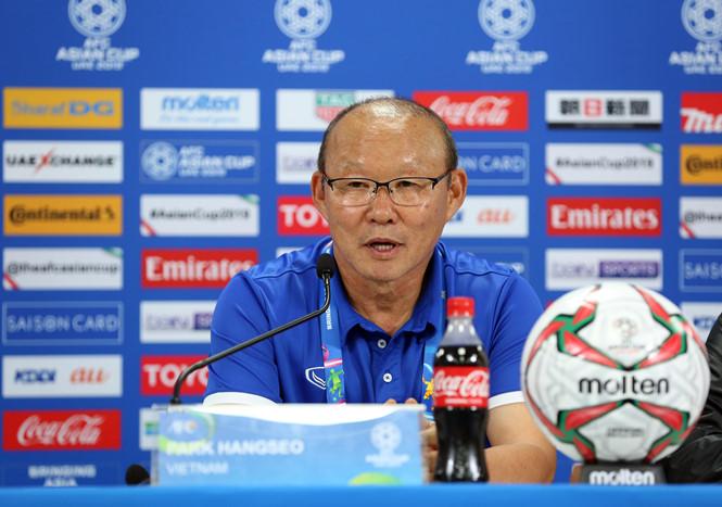 HLV Park Hang-seo bước vào phòng họp với nụ cười rất tươi và tự hào về những gì các cầu thủ Việt Nam đã làm được trước đội mạnh như Iraq