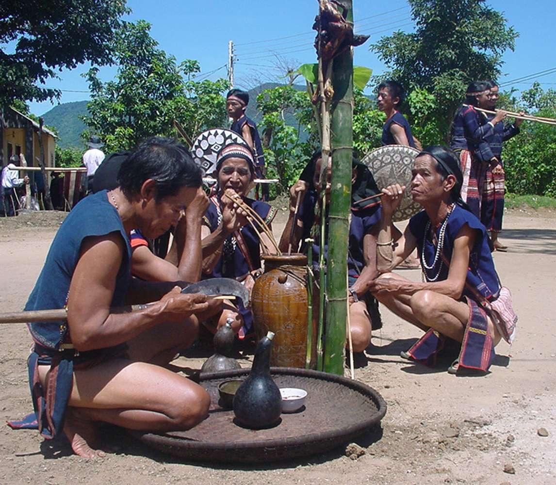 Hội đồng già làng làm lễ cúng Yàng trước nhà Rông khi nhiều hộ gia đình đã thực hiện cúng lễ ngay tại nhà tham gia lễ cộng đồng