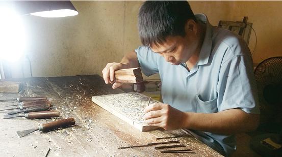 Anh Nguyễn Ngọc Chiến cho biết, bản khắc tranh được làm bằng gỗ thị, gỗ vàng tâm, gỗ thừng mực. Để đục được một bản khắc kích cỡ trung bình, anh mất từ năm đến sáu ngày.