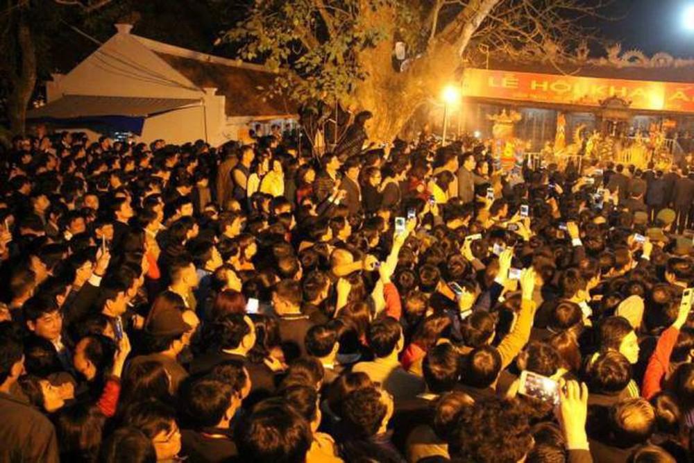 Cảnh chờ nhận ấn đền Trần trong những lễ hội trước