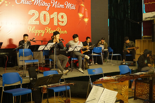 Các nghệ sĩ Nhà hát Ca múa nhạc Việt Nam tập luyện sáng nay (26-2)