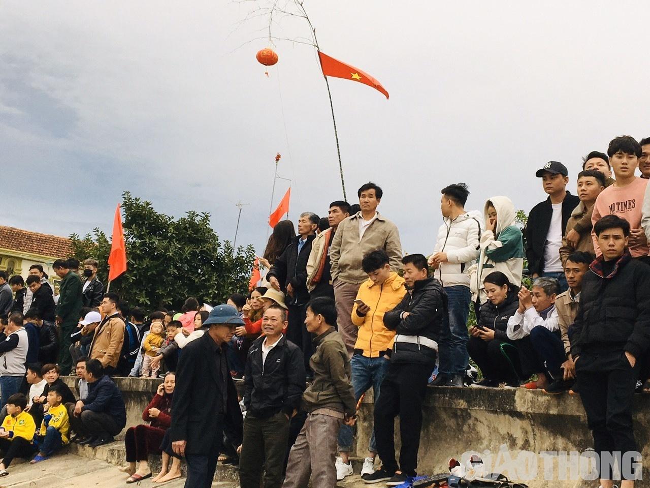 Hàng ngàn người dân cổ vũ cho các đội đua